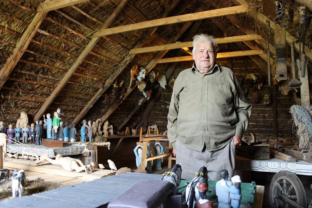 Holzkünstler in seiner Werkstatt.