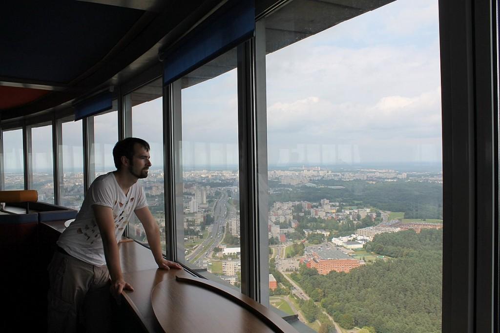Im Fernsehturm kann man entweder an einem der Tische Platz nehmen oder die Aussicht im Stehen genießen.
