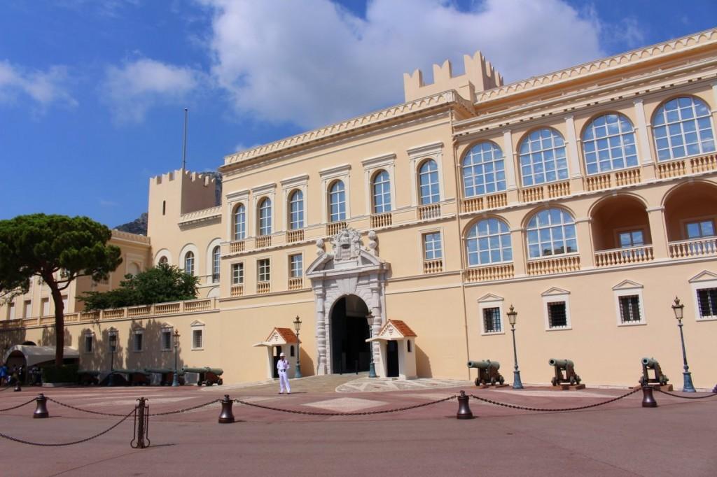 Vor dem Fürstenpalais in Monaco stehen die Wachen.