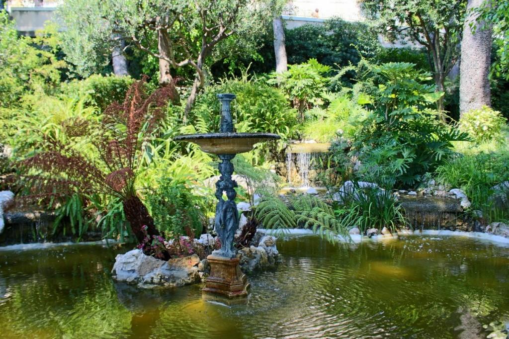 Eine kurze Erfrischung bieten diverse Springbrunnen.