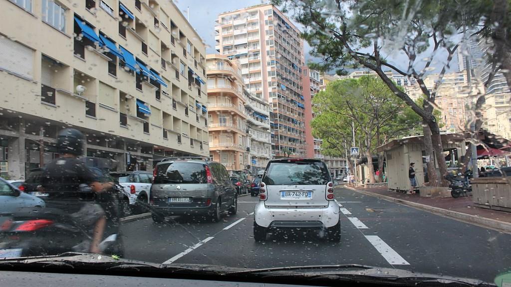 Wer Formel 1-Fan ist, der kennt die Bilder aus dem Fernsehen. In Monaco kann man die gesamte Grand Prix-Strecke zu Fuß ablaufen oder gar mit  dem Auto abfahren. Jedoch steht man leider oft im Stau.
