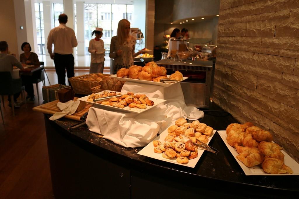 Schön beim Frühstücksbüfett im andel's Hotel Prag ist unter anderem die reichhaltiige Auswahl an Brötchen. Die sind zwar klein, dafür kann man dann aber mehr verschiedene Dinge drauftun.