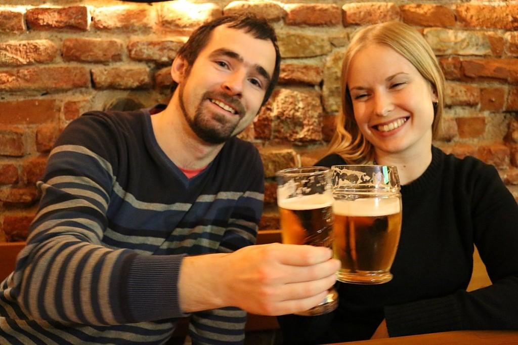 Anna nach dem vierten Bier schon ziemlich gequält. Sie hat sich dann auch verflüchtigt. Die Tschechen trinken angeblich das meiste Bier in der Welt. Zumindest an dem Abend hat sie mich aber enttäuscht!
