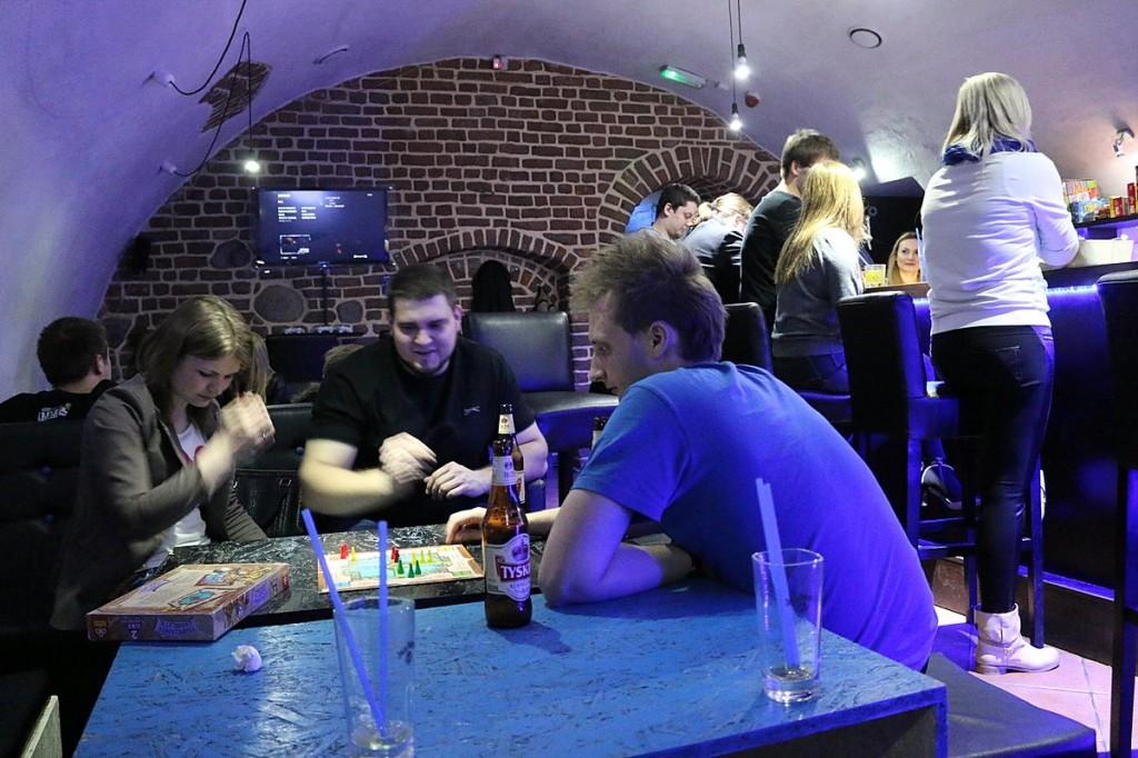 Die Nerds spielen auch Brettspiele.