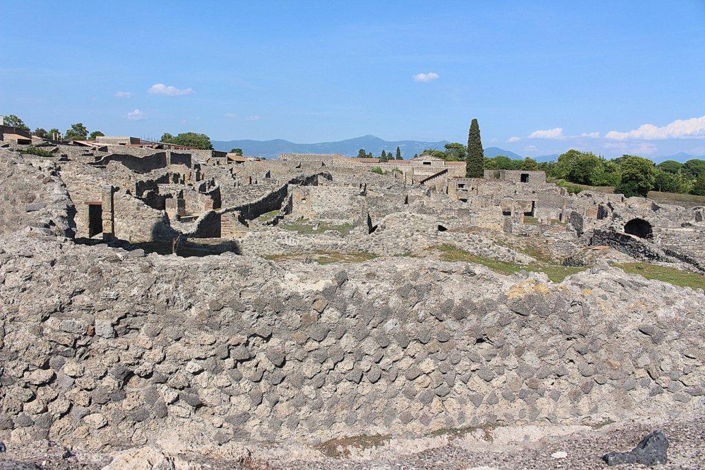 Die Ruinenstadt Pompeji ist in ihren Ausmaßen eine der größten, die es gibt. Auch die durch den Vulkan zum Teil gut erhaltenen Häuser sind kaum vergleichbar.