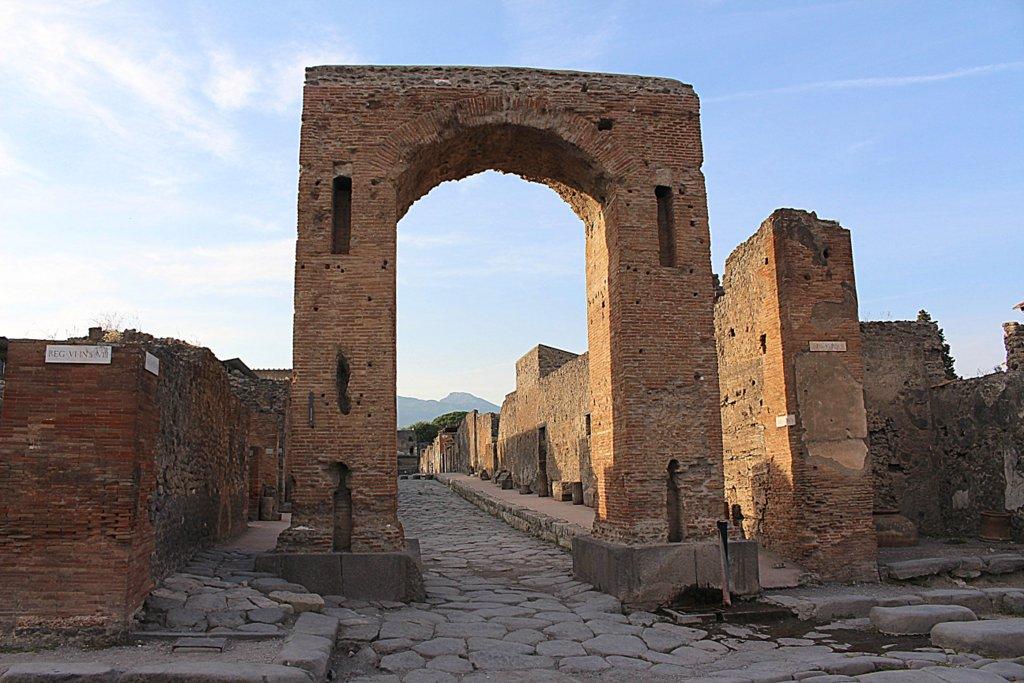 Ein Torbogen in der antiken Stadt.
