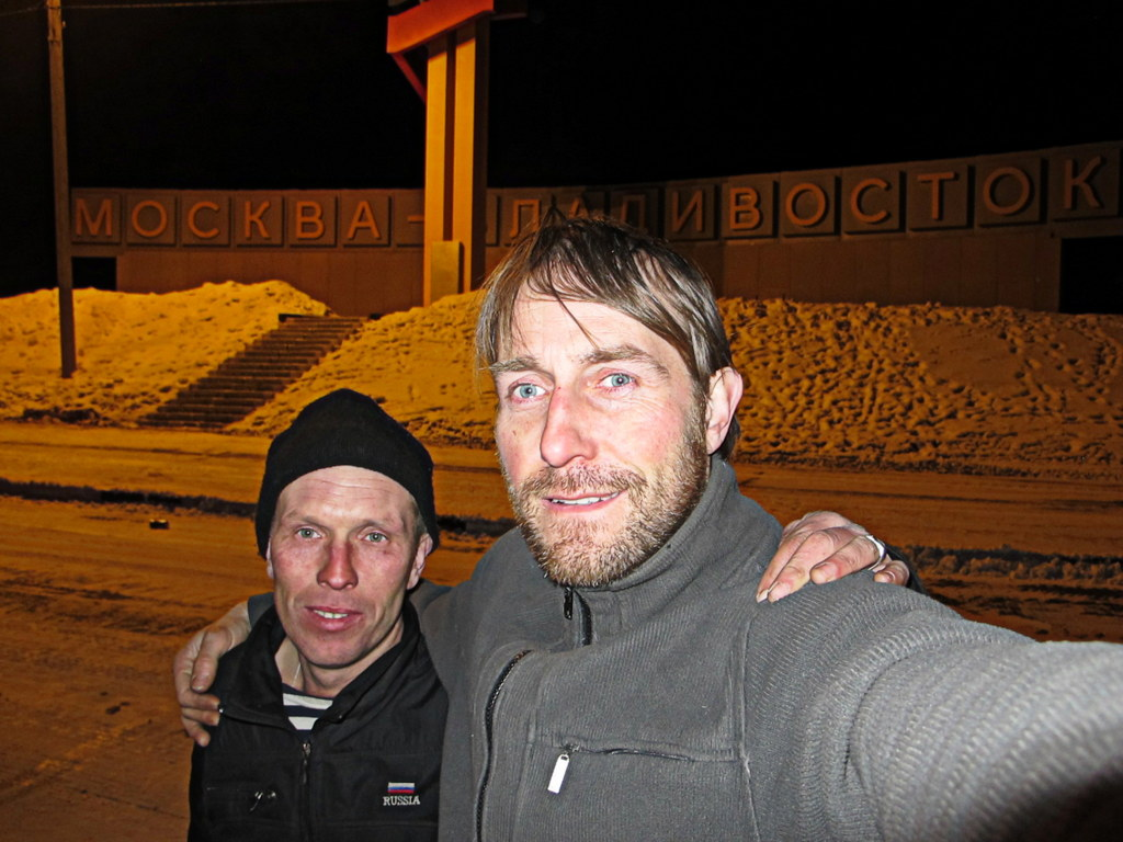 Svenja und ich am Denkmal für die Strecke Moskau-Wladiwostok.