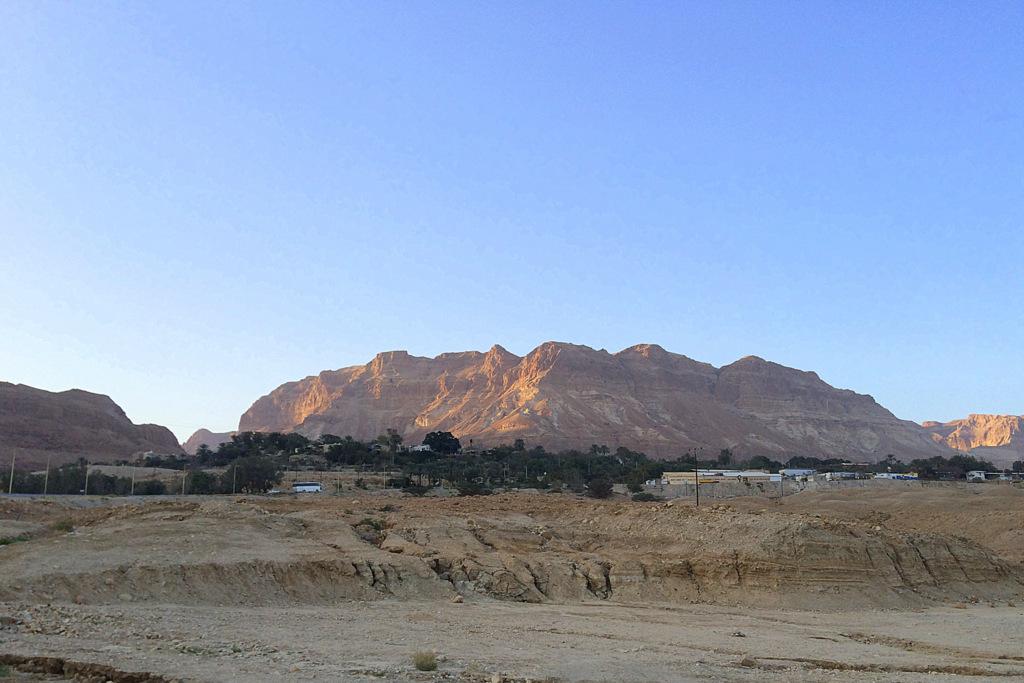 Unwirkliche Landschaft zwischen Bergen und dem Toten Meer - Kibbuz En Gedi.
