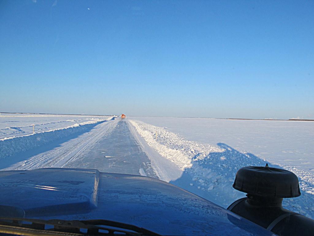 Im Winter ist die Lena komplett zugefroren. Im Sommer überquert man sie per Fähre, im Herbst und Frühling überhaupt nicht.