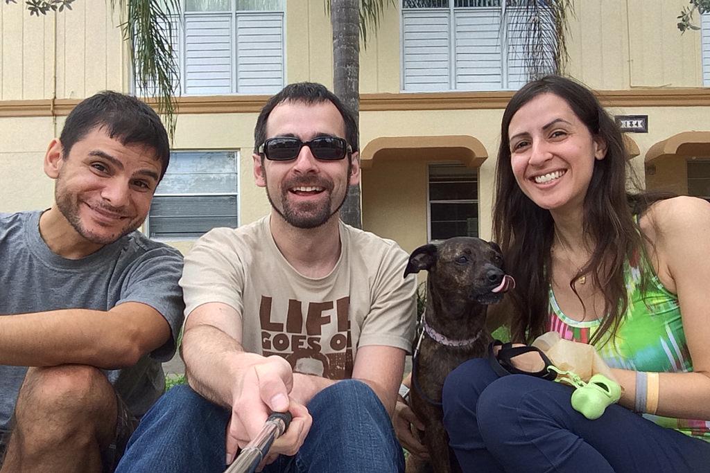Couchsurfing-Gastgeber Heidi (r.) und Fabian (l.) und Hund Pecky - Couch am Abend vor Ankunft gefunden.