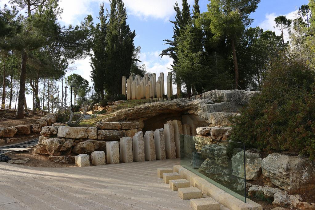 Im Denkmal für die ermordeten Kinder in der Gedenkstätte Yad Vashem durfte man nicht fotografieren. In den Gängen werden die Namen der ermordeten Kinder vorgelesen mit Alter und Herkunftsort.