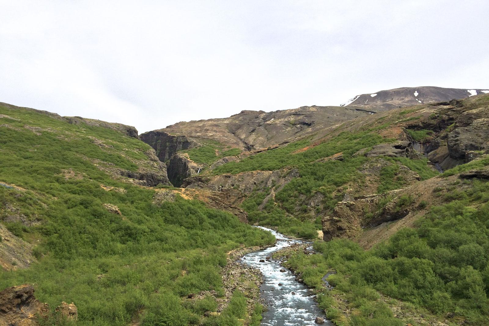 Man glaubt kaum, dass der Fluss eine ganze Schlucht in den Felsen gefressen hat.