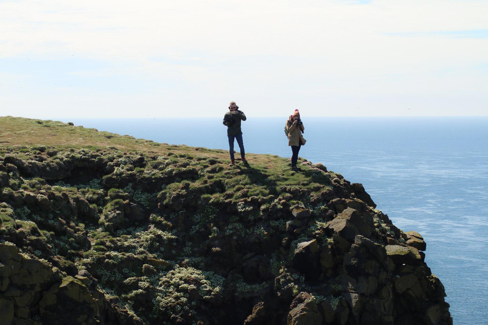 An den Klippen mit Papageientauchern in Island, sollte man extrem vorsichtig sein. Die Vögel graben ihre Höhlen auch unter den Rand. Es sind schon Touristen abgestürzt und ums Leben gekommen.