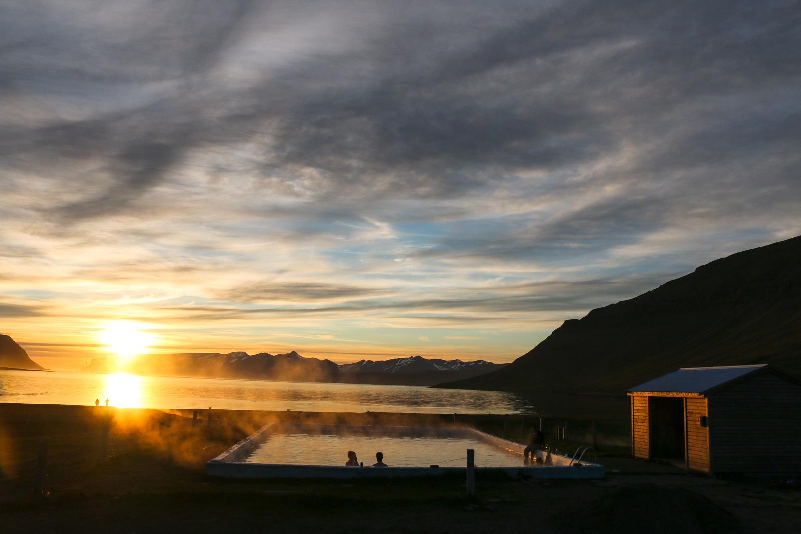 Die natürliche Quelle im Reykjarfjörður hat sogar einen Swimming Pool. Der Campingplatz daneben ist für Besucher ebenfalls benutzbar.