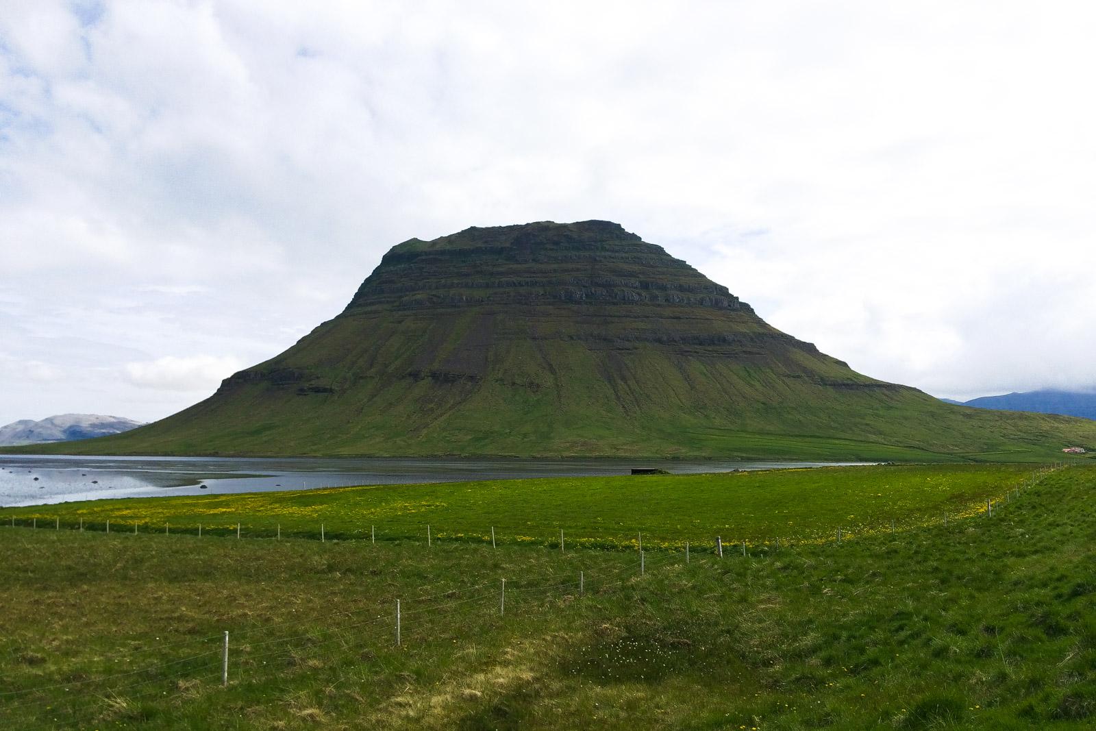 Der Kirkjufell hat die Form einer Kirche, finden die Isländer. Daher sein Name.