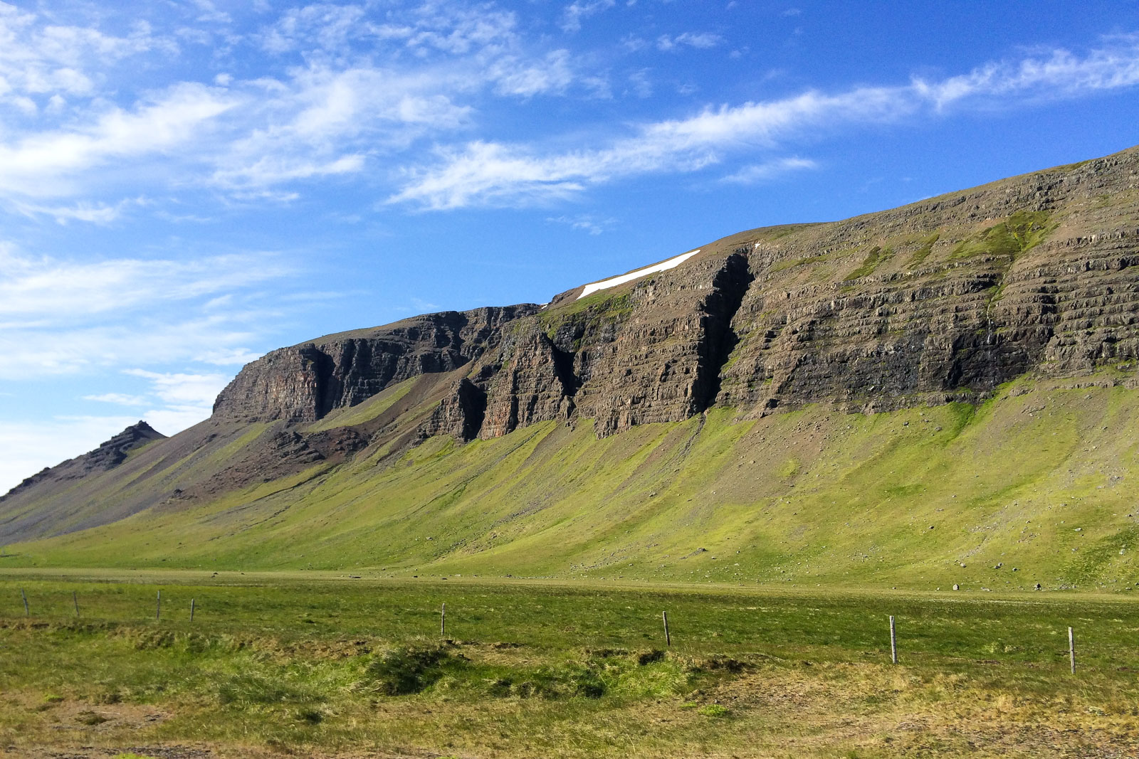 Schon auf dem Weg in die Westfjorde in Island sieht man immer wieder beeindruckende Klippen.