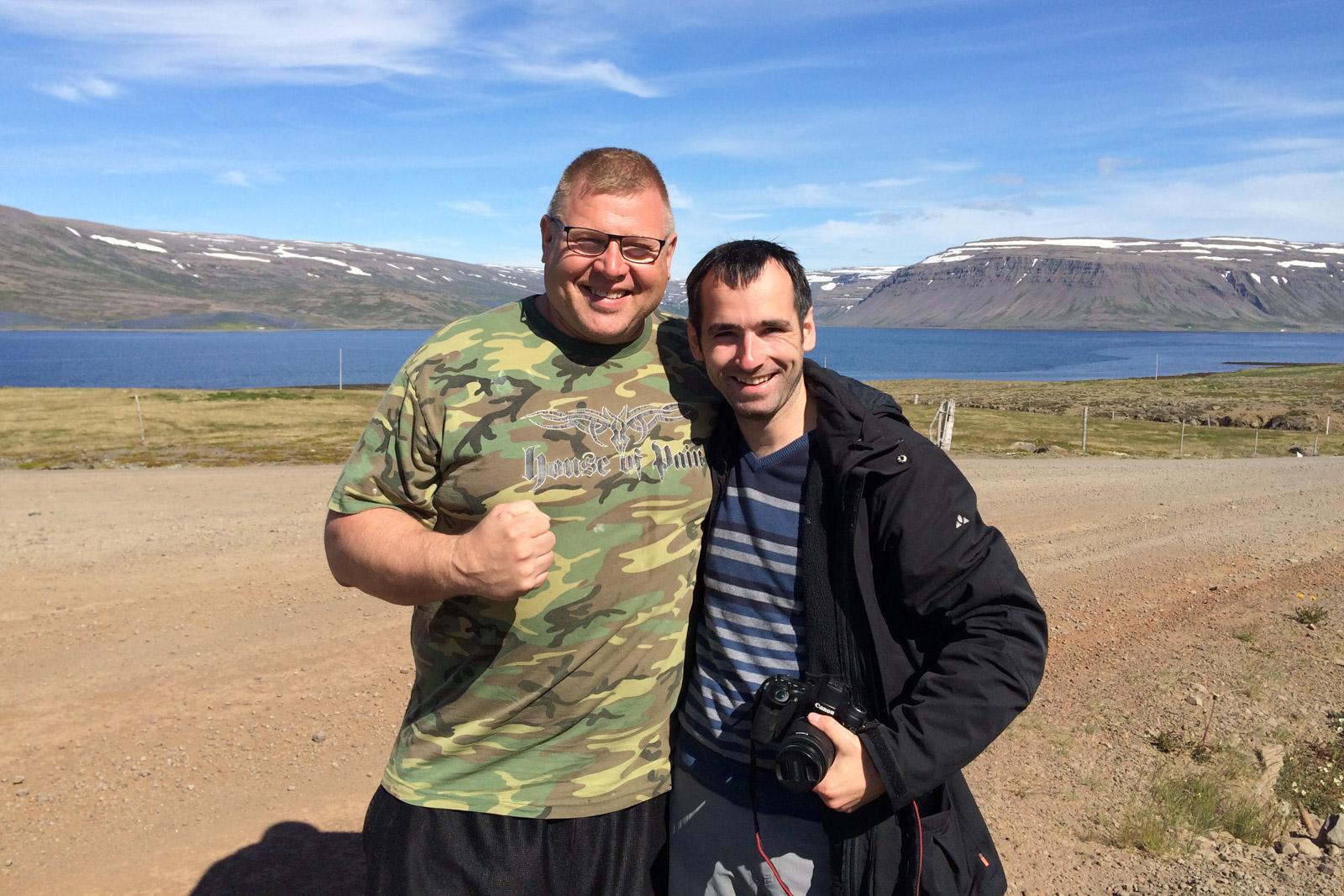 Neben einem der stärksten Männer Islands - Hjalti Ursus - sehe ich ziemlich schmächtig aus.