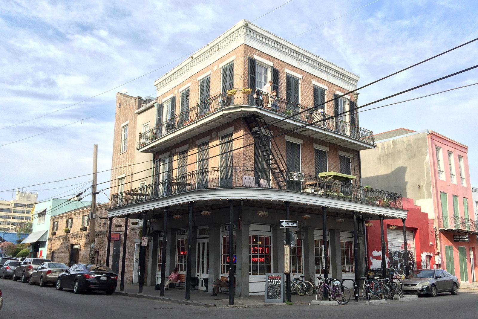 Die Häuser im French Quarter von New Orleans gehören zu den schönsten der USA. Besonders die Balkone sind oft reichhaltig verziert.