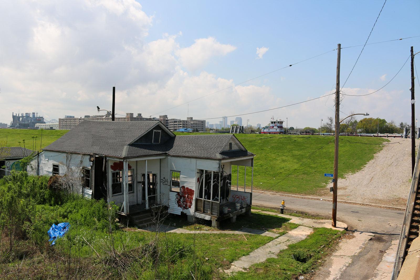 Normalerweise steht das Wasser im Industriekanal zwischen dem Mississippi und dem Lake Ponchartain schon ungefähr auf dem Niveau des ersten Stocks eines Hauses der benachbarten Viertel. Im Ninth Ward, einem der ärmsten Stadtteile New Orleans, wurden viele Gebäude nicht wieder aufgebaut.