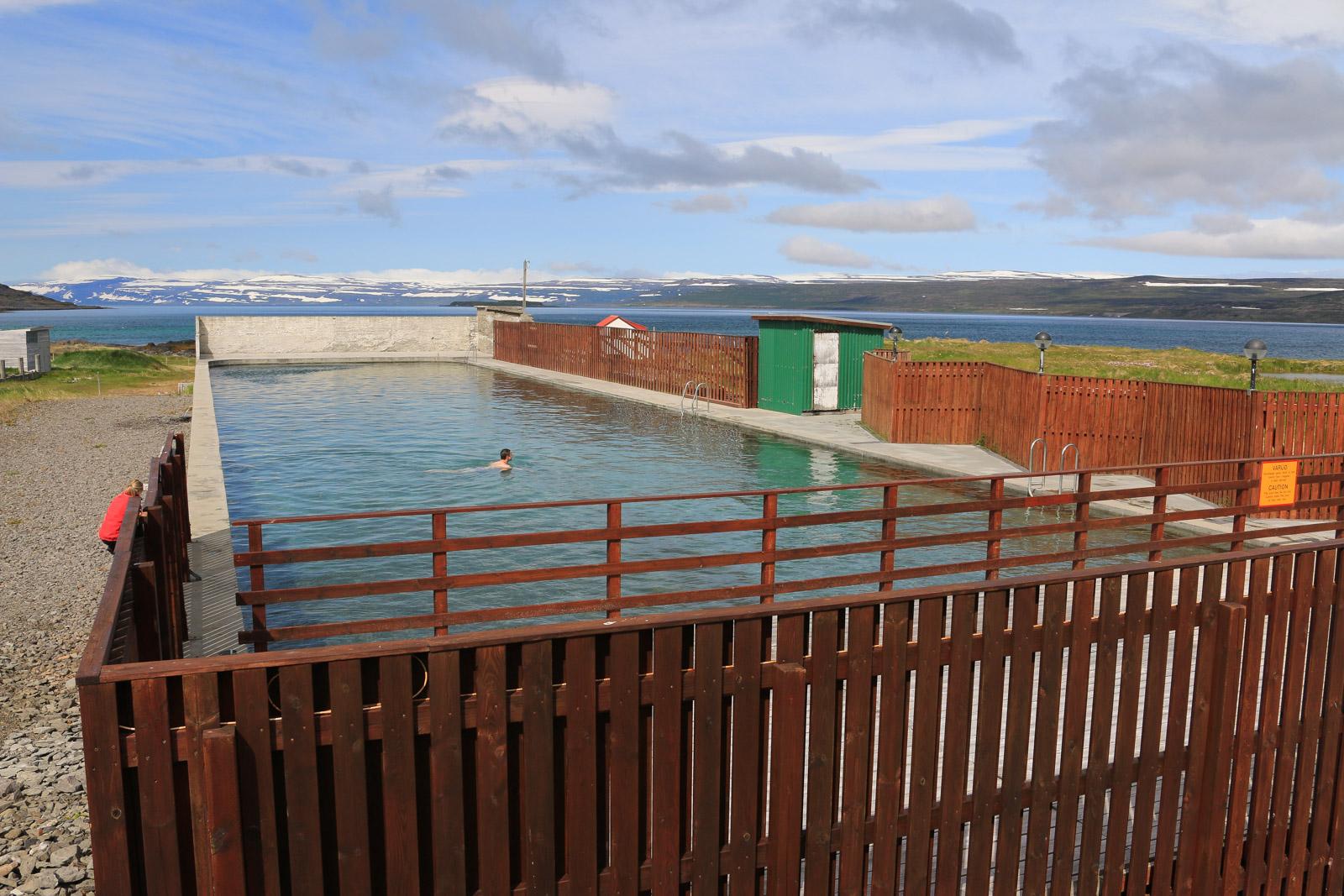 Der Pool am Hotel Reykjanes liegt wunderschön. Von hier hatten wir den letzten Blick auf die Westfjorde, bevor wir wieder landeinwärts fuhren.