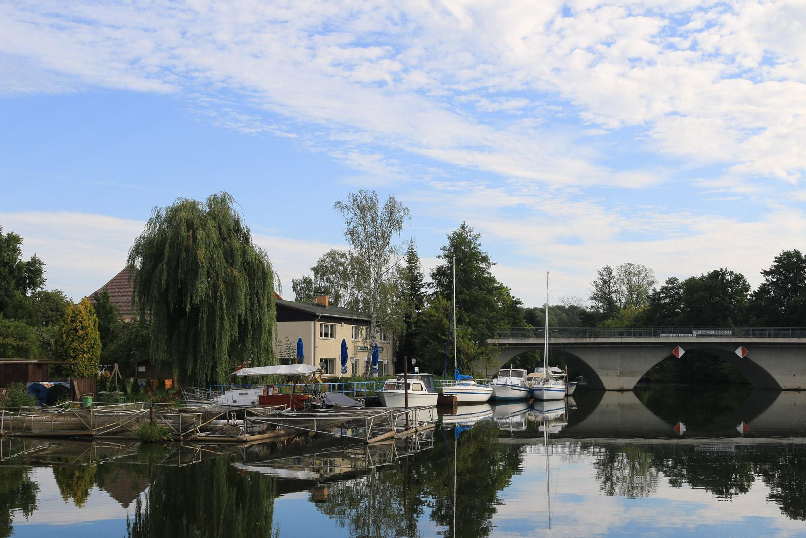 Beeskow vom Wasser aus sieht fast noch idyllischer aus, als von der Landseite.