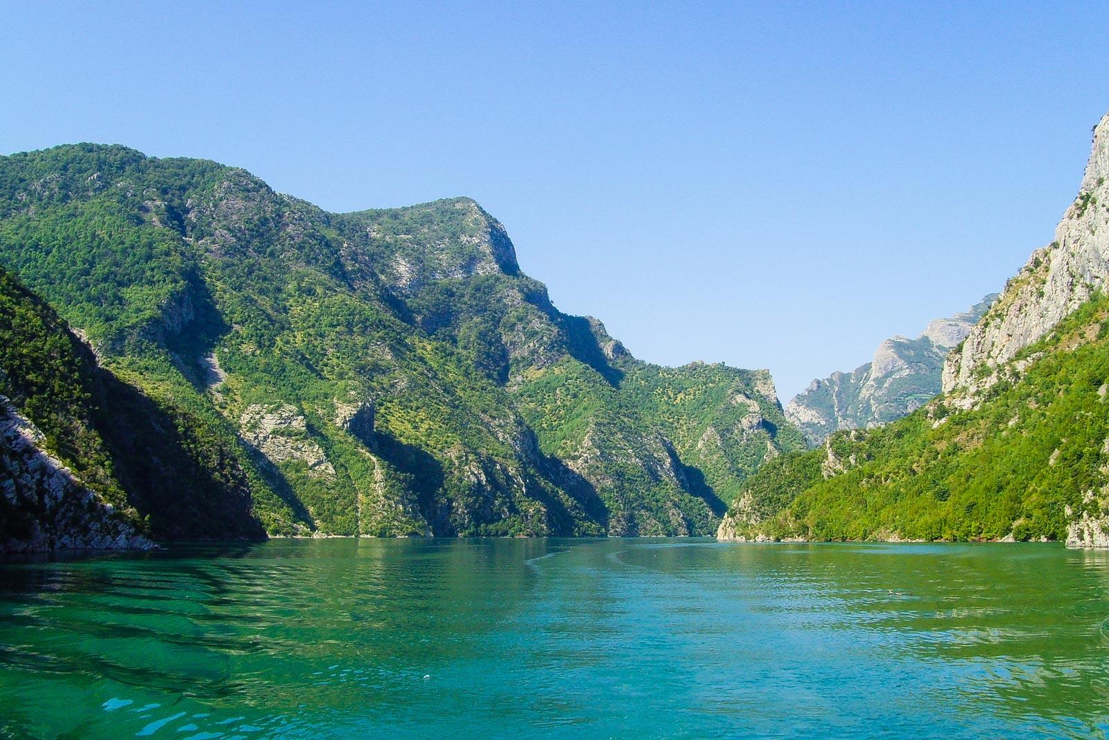 Durch dieses Tal in Albanien fährt man mit einer Fähre.