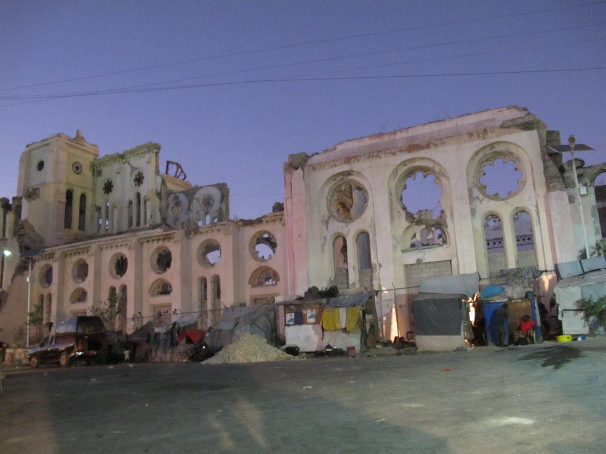 Kirchenruine in Port-au-Prince: Viele Gebäude wurden durch das Erdbeben zerstört.