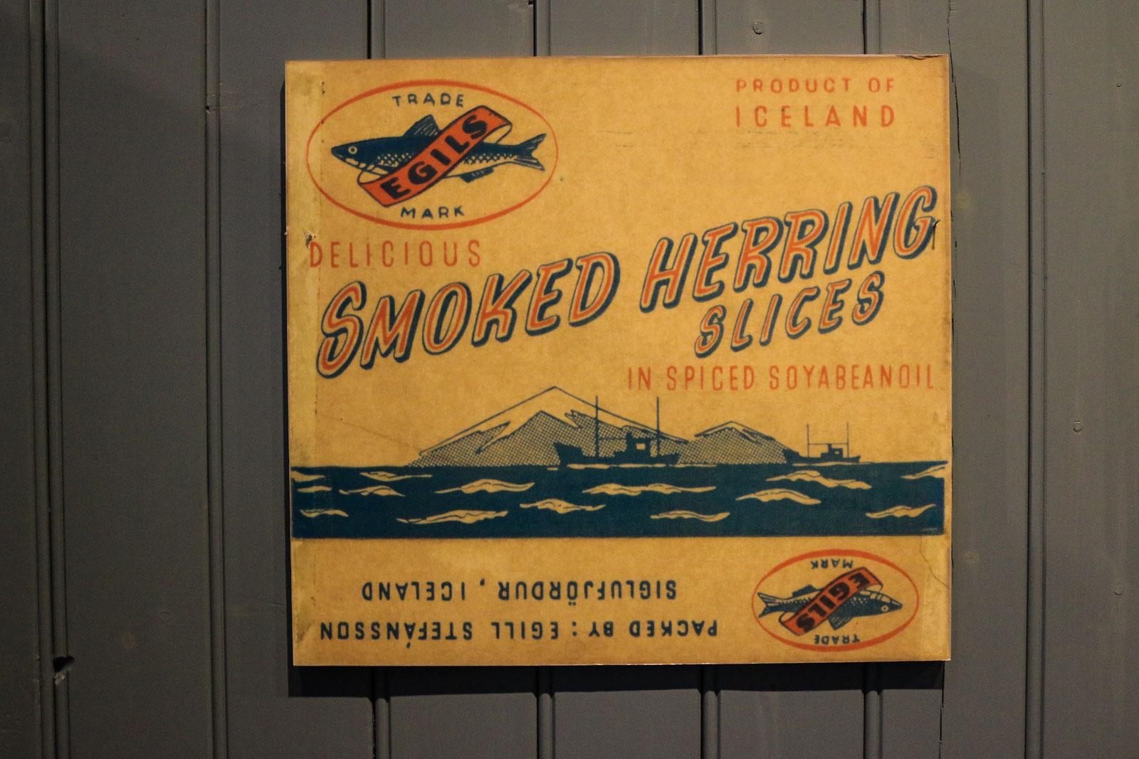 Etikettenwerbung für geräucherten Hering aus Island.