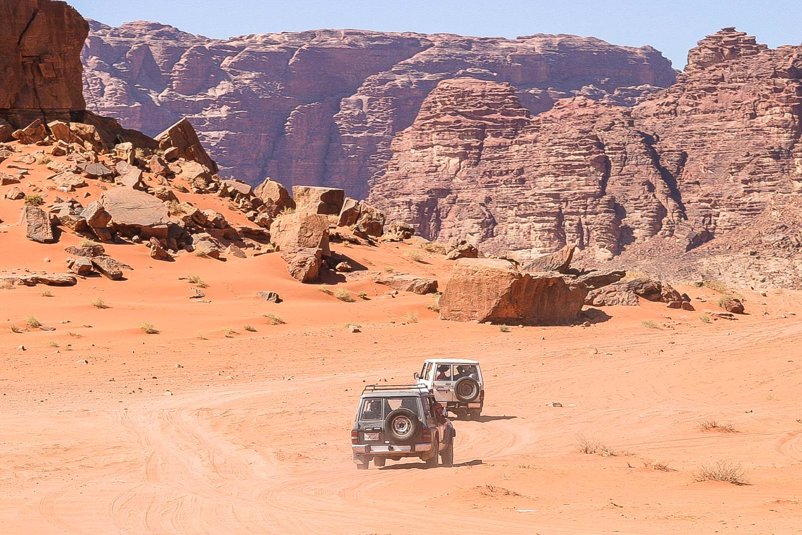 Mit den Allrad-Jeeps geht es durch das Wad Rum. Die Guides bringen einen an alle interessanten Orte, wissen auch vieles über die Wüste zu berichten.