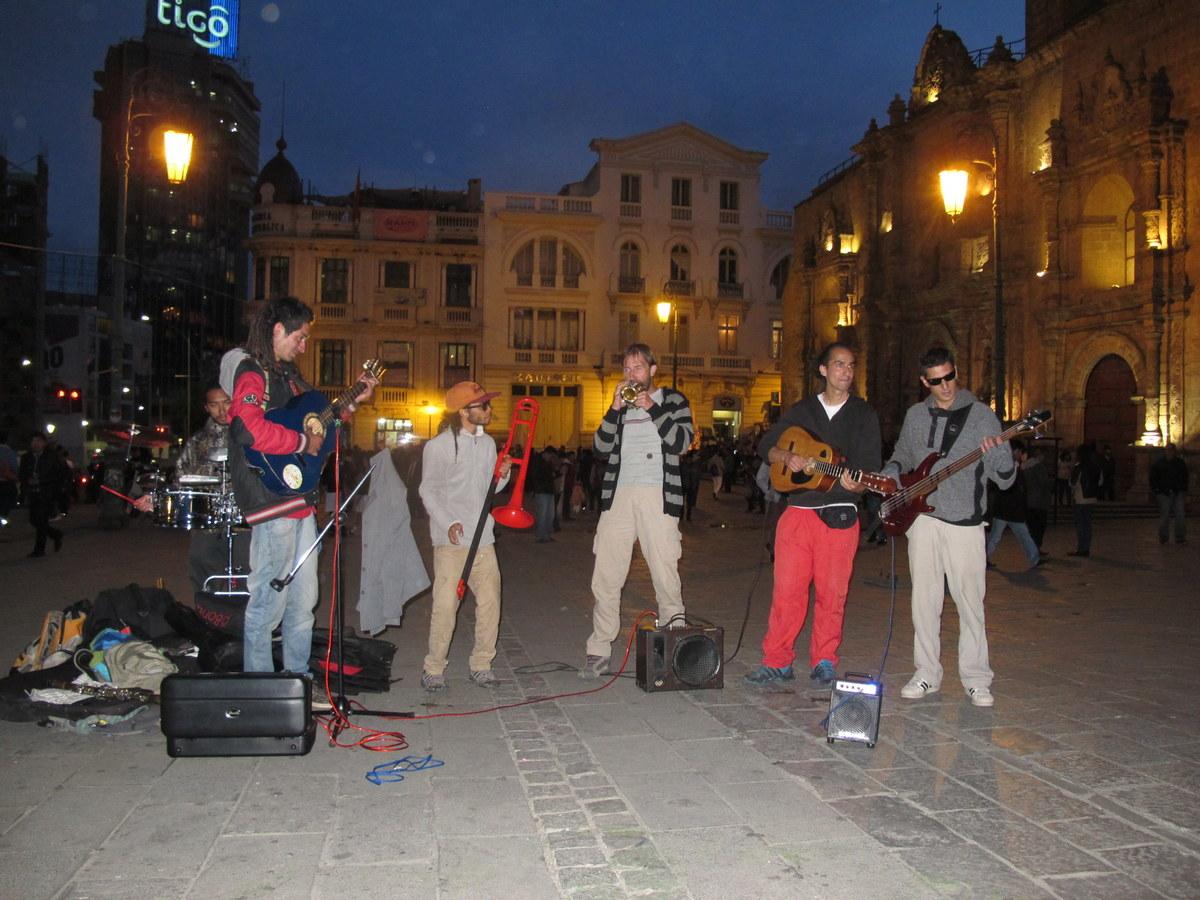 HIer spiele ich mit der nicht besonders guten aber freundlichen Band in La Paz.
