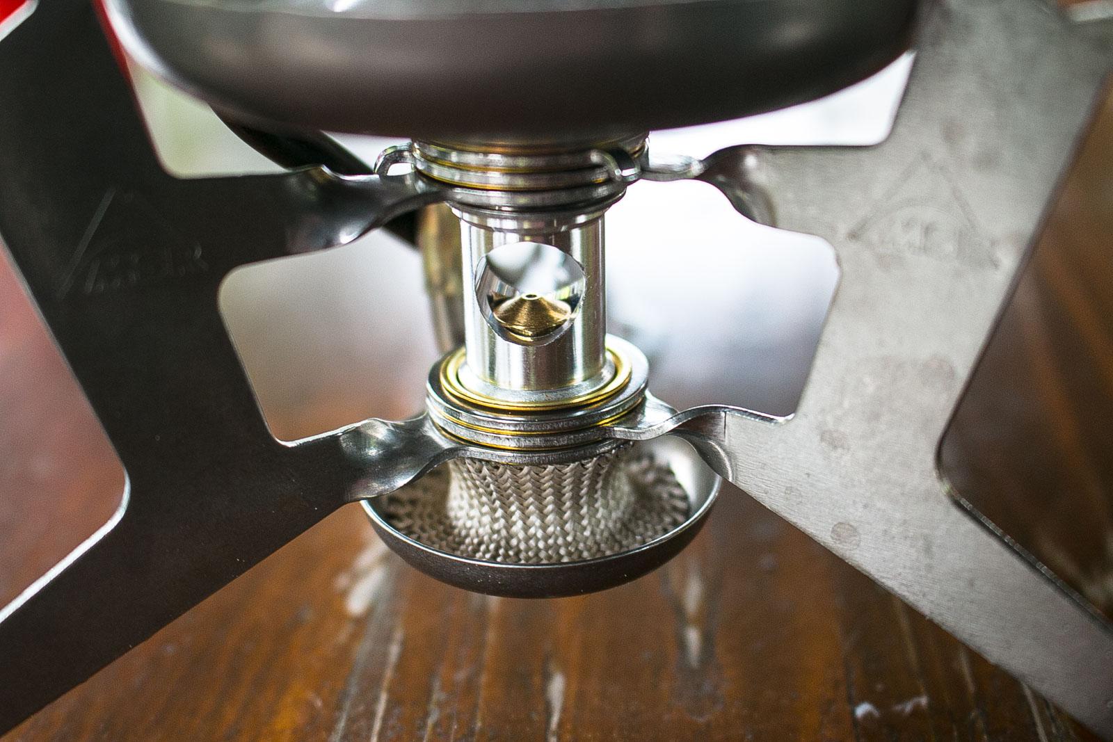 Um den Kocher mit den unterschiedlichen Brennstoffen zu betreiben, müssen die Düsen gewechselt werden. Hier sieht man die Düsen in der Halterung. Darunter der Topf für den Flüssigbrennstoff mit dem Docht von MSR.