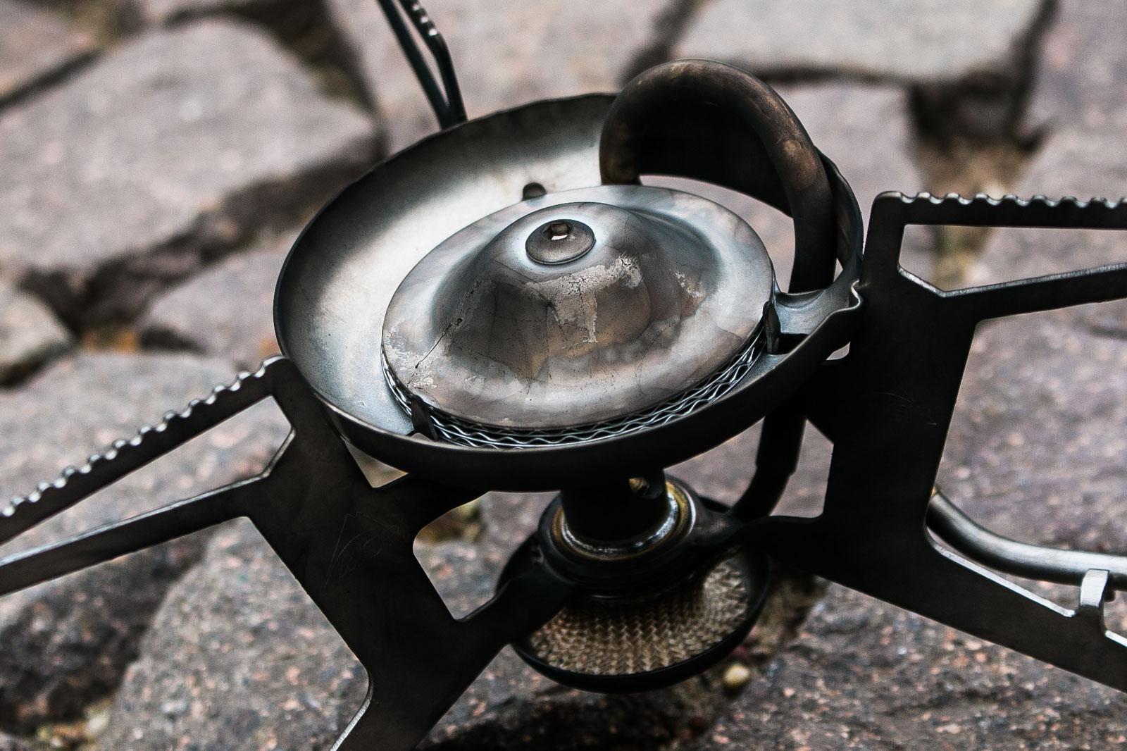 Der Kocher wird beim Verbrennen des Benzins ziemlich verrußt. Das Putzen danach nimmt einige Zeit in Anspruch.