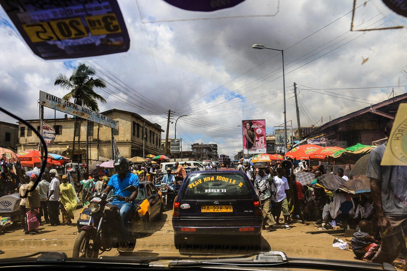 In der Innenstadt von Kumasi ist das Fahren ein ständiges Stop and Go. Nachts kann es zudem noch gefährlich werden, da gelegentlich auch Taxifahrer Fahrgäste ausrauben.